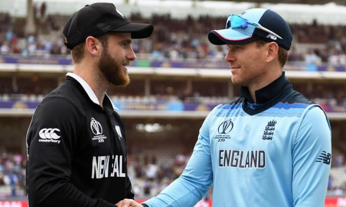 New Zealand lose Guptill and review in World Cup final against England